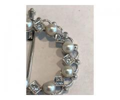 Broșă din aur alb cu diamante și perle