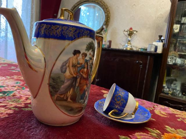 Ceainic cu 6 cescute si 6 farfuriute, pictat manual și aurit